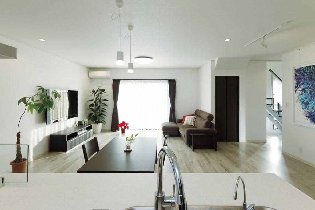 【川越市 H様邸】アーティスティックな居住空間、モノトーンの外観の家。
