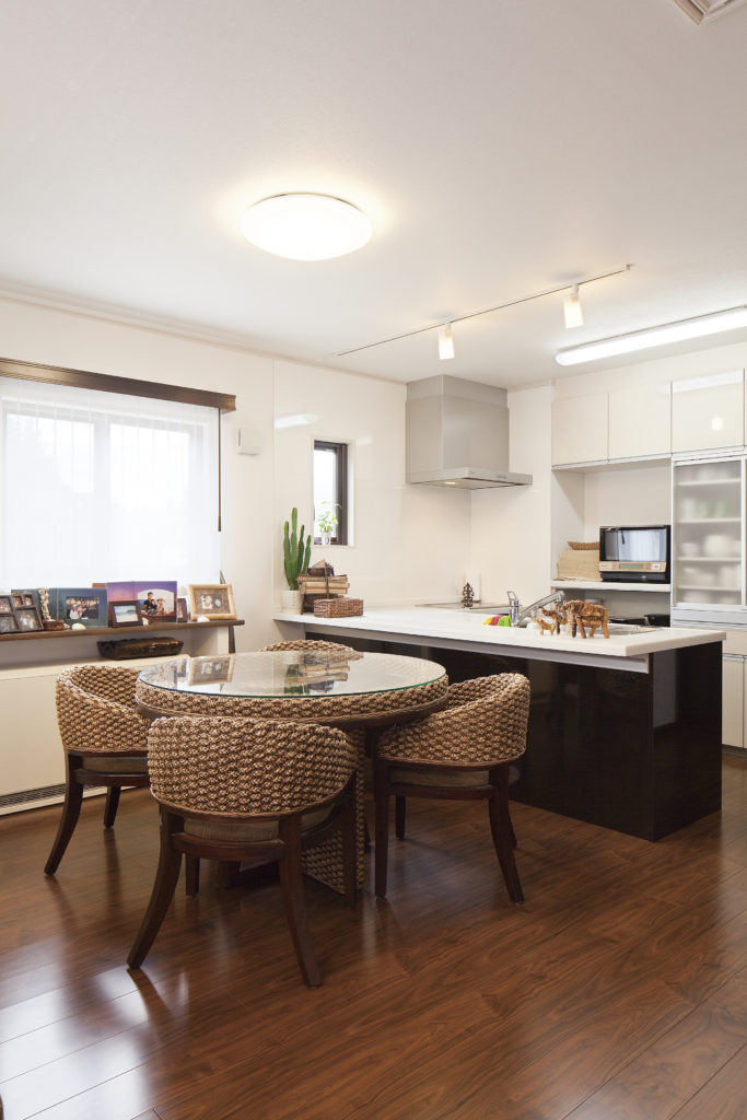 【上尾市 S様邸】ブラウンとホワイトでまとめた外観と内装、生活感を感じさせない家。