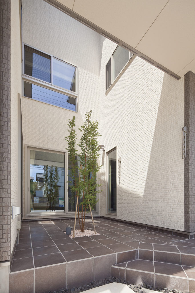 【川越市 K様邸】特注デザインの格子が特長の二世帯で暮らす家。